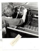 """PHOTO - VOITURE 2 CV CITROEN """"AUTO-ECOLE"""" De L' HOPITAL R. POINCARE Pour Paraplégiques (dernier Plan) - Automobile"""