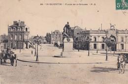 (02) SAINT QUENTIN . La Place Du 8 Octobre  ( Monument Bataille De St Quentin , Ets De Bains, Charrettes à Chevaux ) - Saint Quentin