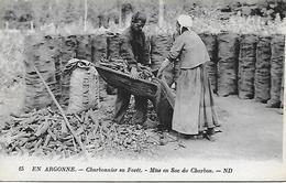 EN ARGONNE -   CHARBONNIER EN FORET -   MISE EN SAC DU CHARBON - Sainte-Menehould