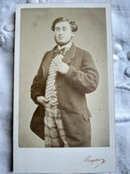 CDV Circa 1865/70 - Homme Debout Collier De Barbe - Costume Carreaux -:Type Artiste - Photo Crespon, NÎMES - TTBE A Voir - Fotos