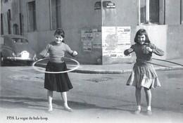 CARTE POSTALE 10CM/15CM (C) DES EDITIONS ATLAS PHOTO ROGER VIOLLET 1958 : BABY BOOMERS DANS LA RUE LA VOGUE DU HULA HOOP - Children And Family Groups