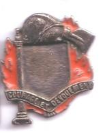 PO152 Pin's Pompiers Pompier Casque Courage Et Dévouement Achat Immédiat - Firemen