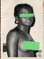 Photos Originale Sénégal, Dakar, Jeune & Jolie Femme Sénégalaise Souriante Aux Seins Nus Vers 1950/60 - Africa - Pin-up