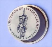 RR88 Pin's écusson De Vaucouleurs Pâtisserie Sanchez Pin's Jeanne D'Arc à Cheval Achat Immédiat - Personajes Célebres