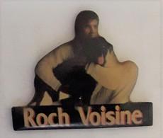 RR310 Pin's Musique Chanteur Rock Voisine Canada Avec Son Chien Achat Immédiat - Personajes Célebres