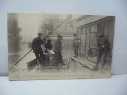 PARIS 75 PARIS 54 . INONDATIONS DE PARIS JANVIER 1910 UN RADEAU RUE DE LA EUCHERIE CPA LL - Alluvioni Del 1910