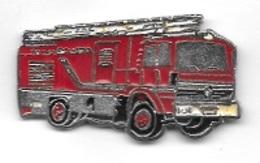 Pin's  Automobile  RENAULT, Camion  De  SAPEURS  POMPIERS  Rouge - Firemen