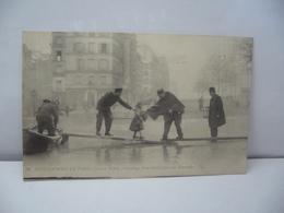 PARIS 75 PARIS 56 . INONDATIONS DE PARIS JANVIER 1910 SAUVETAGE D'UN ENFANT QUAI DES TOURNELLES CPA LL - Alluvioni Del 1910