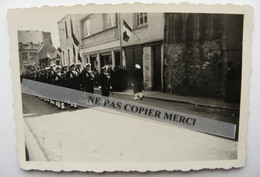 Coutances 50 Manche Cérémonie Défilé Militaire Drapeau 22 Mai 1955 Photo Originale Cliché Amateur - Coutances