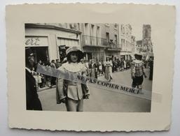 Coutances 50 Manche Cavalcade Fête Défilé Dans La Rue Charcuterie Tabac Photo Originale Cliché Amateur - Coutances