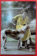 CPA Fantaisie/ Femme Rétro-vintage / Chien - Donne