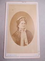 CDV  Portrait Femme Agée En Médaillon - Coiffure Et Coiffe à Voir - Circa 1875 - Photo  Gris, LYON    BE - Foto