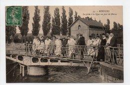 - CPA BERGUES (59) - La Pêche à La Ligne Au Pont De Bierne 1917 (belle Animation) - Edition C. A. R. N° 75 - - Bergues