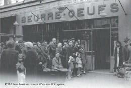 CARTE POSTALE 10CM/15CM (C) DES EDITIONS ATLAS PHOTO ROGER VIOLLET 1942 : LA  QUEUE DEVANT LA CREMERIE SOUS L'OCCUPATION - Oorlog 1939-45