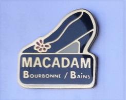 F34 Pin's Haute Marne Bourbonne Les Bains Macadam Chaussure MODE Achat Immédiat Immédiat - Villes