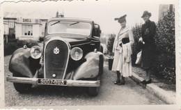 PHOTO (10.5 X 6 Cm) DEUX FEMMES SUPERBE VOITURE IMMATRICULÉE 9007-DU3 - Automobiles