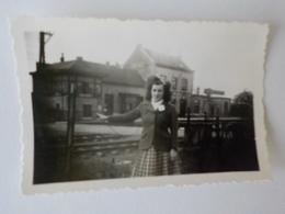 1950 Photo Originale Noir Blanc Gare De Mettet Jeune Femme Station - Mettet