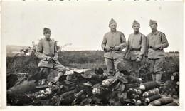 Rare Photo 11 X 7 Cm Jeunes Soldats Sur Le Champ De Bataille (Verdun? )devant Bombes Et Obus Retrouvés  Années 20 - 1914-18