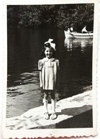 №64  Photography Of Girl In Front Of Lake, Child- 1950's, Old FOTO PHOTO - Anonymous Persons