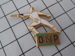 719 Pin's Pins / Beau Et Rare / THEME : BANQUES / ESCRIME BNP La Banque Aux Amendes Record Et Qui Les Paie ? Le Client ! - Banken