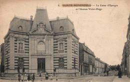 Ste Sainte Menehould (Marne) La Caisse D'Epargne Et L'Avenue Victor-Hugo - Ed. Des Magasins Réunis, Carte N° 8 - Sainte-Menehould