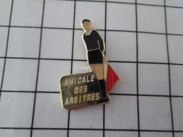 818c Pin's Pins / Beau Et Rare / THEME : SPORTS / FOOTBALL AMICALE DES ARBITRES - Voetbal