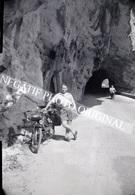 Homme En Short Pose Avec Tandem Derny Cyclo-Tandem Moto Vélo Bord De Route Négatif Photo Original - Automobiles