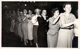 Carte Photo Originale Petite Danse En Société - à La Queue Leu Leu Spécial Dames Vers 1950/60 - Pin-up
