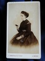Photo CDV F. Berthault à Angers - Femme Regardant Une Photo, Tresse En Couronne, Noblesse Second Empire Circa 1865 L301 - Fotos