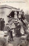 METZ - Devant La Statue Renversée De Frédéric III, Un Groupe De Journalistes Nancéiens, Le Lieutenant Jean Et M.Mirman - Metz