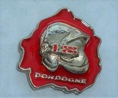 PO74 Pin's Pompier Pompiers Casque  Département Dordogne Achat Immédiat - Firemen