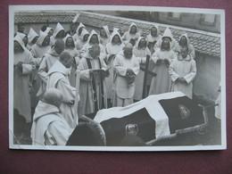 CPA PHOTO  Canton De FRIBOURG CERNIAT VAL DE CHARMEY  Chartreuse De La Valsainte Enterrement Père RELIGIEUX MOINES 1934 - Kerken En Kloosters