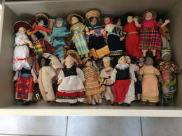 Lot De Poupées De Porcelaine Et Tissu 0,25 Cm - Voir Pays Photos  (lot N°20 ) (attention Poids Important  10kg Environ ) - Dolls