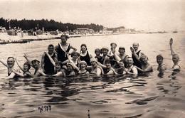 Amusante Carte Photo Originale Portrait De Famille à La Baignade Générale & Queue Leu Leu Tous Assis Dans L'eau 1925 - Personnes Anonymes