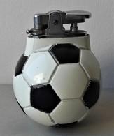 - Briquet De Table. Ballon De Foot. Culbuto - Vintage - - Briquets