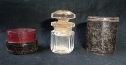 Flacon De Parfum, Très Ancien Dans Un étui  (cuir ?)  --réf, P05 - Mignon Di Profumo Antichi (fino Al 1960)