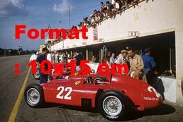 Reproduction D'une Photographie Ancienne De Ferrari D50 En Stand Au Grand Prix D'Italie à Monza En 1956 - Repro's