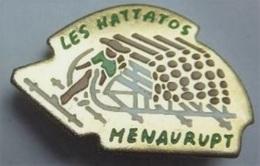 F185 Pin's Village Vosges Les Hattatos Folklore Menaurupt La Schlitte Schlittage Métiers Anciens Achat Immédiat - Villes