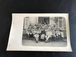 Carte Photo Groupe De Soldats & Une Infirmiere (?) Devant Le Peron D'un Batiment (hopital ?) - Guerre 1914-18