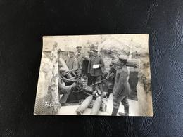 Photo,  Dans Une Tranchée, Servants Allemands (Rgt 104)  Chargeant Un Minenwerfer De 250 Mm à Tube Court 14-18 - Guerre, Militaire