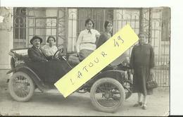 SISTERON   CARTE PHOTO  FAMILLE SAURY VIEILLE VOITURE DEVANT LA CAISSE D EPARGNE - Sisteron