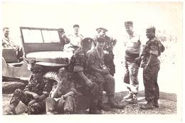 MILITAIRES AUTOUR D'UNE JEEP - Krieg, Militär