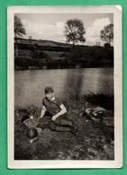 Photographie Guerre Militaire Juin 1940 Repos Sur Les Bords De La Meuse Petite Photo (format 6,5cm X 9cm ) - Krieg, Militär