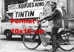 Reproduction D'une Photographie D'un Combi VW Pour Le Journal De Tintin Avec à Côté Tintin Sur Une Mobylette - Repro's