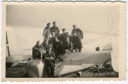 Champ D'aviation D'Evere Lundi 1 Juillet 1946. Militaires Devant Un Petit Avion Ou Planeur? FG0332 - Aviation