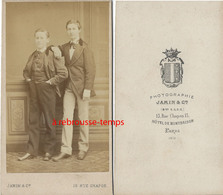 EN 1872 CDV-deux Jeunes Hommes-photo Jamin à Paris-Hotel De Monbrison - Fotos