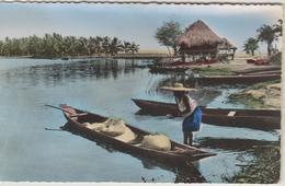 L'AFRIQUE EN COULEURS - SCENE DE VIE RIVERDINE - Femme - Barques - CPSM Dentelée Colorisée Petit Format - Cartes Postales