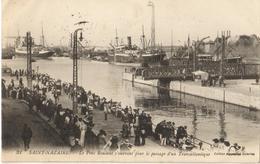 44 - SAINT NAZAIRE - LE PONT ROULANT S'OUVRANT POUR LE PASSAGE D'UN TRANSATLANTIQUE - Saint Nazaire