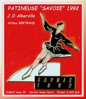 SUPER PIN'S PATINEUSE SAVOIE 92 : Emis Pour Les J.O D'Alberville (Savoie) Signé Arthus BERTRAND Paris, Zamac Tenue NOIRE - Arthus Bertrand