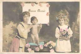 Une Bonne Année D'une Fillette Et D'un Petit Enfant Tout Nu Dans Son Coufin - Nouvel An